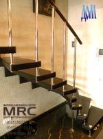Внутренняя лестница с дубовыми ступенями и ограждением из нержавейки