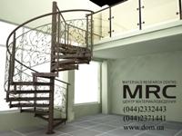 Кованное и стеклянное ограждение винтовой лестницы