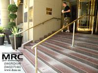 Наружные лестницы. Монолитная каменная лестница с ограждениями из полированной нержавеющей стали