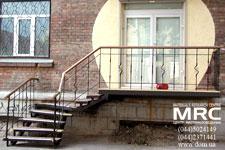 Наружные лестницы. Входная лестница с коваными ограждениями и дубовыми перилами