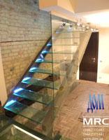 Маршевая  лестница на тетивах со стекло ступенями и цельностеклянным ограждением
