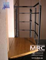 Однокосоурная лестница с кованым ограждением из черного металла