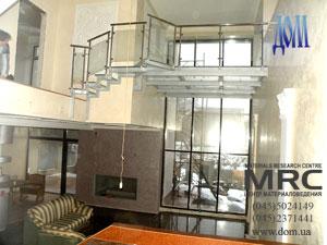 Вид сверху стеклянной конструкции пола,ограждения и лестницы