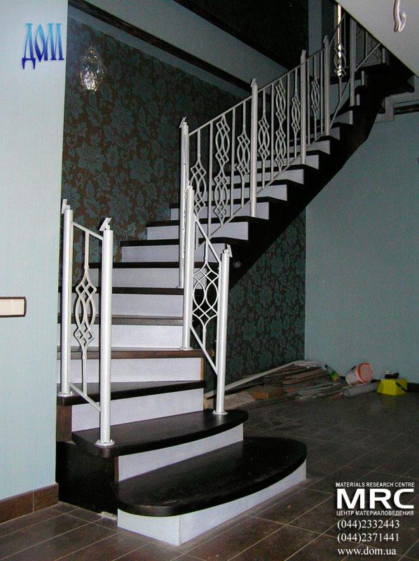 зашитая двухкосоурная лестница в доме