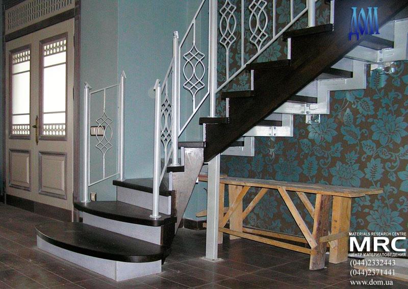 Лестница с деревянными ступенями и кованным ограждением