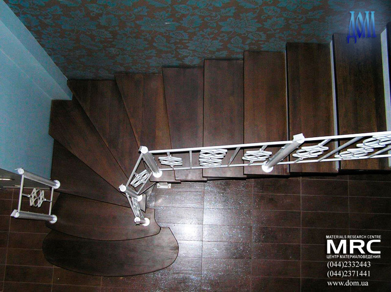 Двухкосоурная лестница, ограждение проема второго уровня