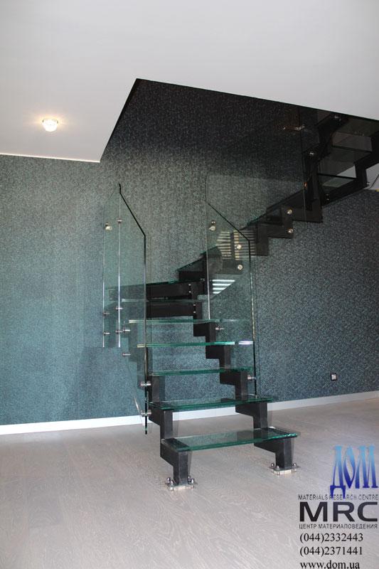Ограждение лестницы из стекла триплекс, стекло держатели - сталь н/ж