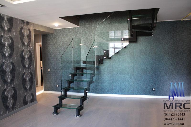 Лестница со стеклянными ступенями двухкосоурная