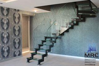 Цельностеклянное ограждение лестницы и стеклянные ступени