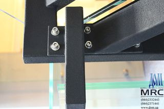 Стеклянные ступени из триплекса, косоуры из черного металла