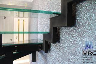 Лестница на косоурах со стеклянными ступенями