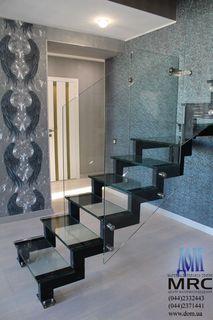 Двухкосоурная лестница из стекла