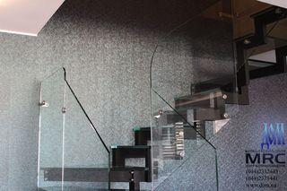 Стеклянные ступени, площадка и ограждение из каленого стекла