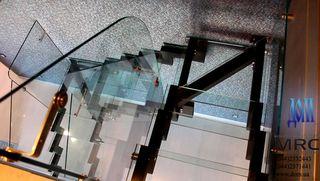 Лестница со стеклянными ступенями. Площадка и ограждение из стекла