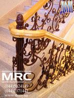 кованое ограждение  лестницы с  дубовым поручнем  в Кловском Дворце