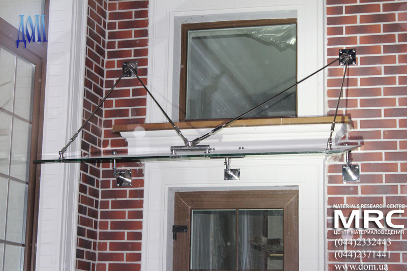 Установка стеклянного козырька на тягах над входом