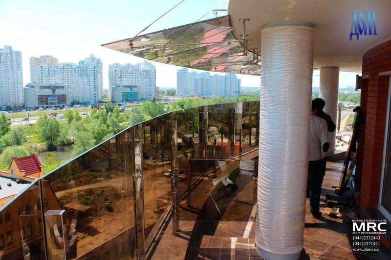 Установка стеклянного козырька на тягах над террасой