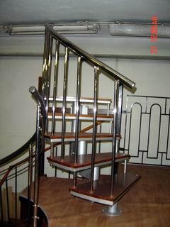 часть спиральной лестницы с дубовыми ступенями и ограждением из полированой нержавеющей стали