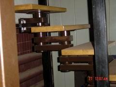 деревянные ступени на металической конструкции лестницы