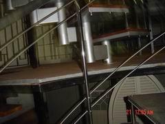 ограждение из полированной нержавеющей стали лестницы с деревянными ступенями