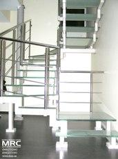Двухкосурная лестница со стеклянными ступенями