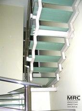 Стеклянные ступеньки двохкосурной лестницы
