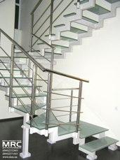 Ограждение из полированной нержавеющей стали двухкосуорной лестницы со стеклянными ступенями
