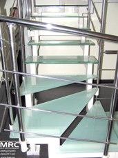 Ограждение из полированной нержавеющей стали и стеклянные ступени