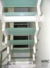 Стеклянные ступени на металоконструкции