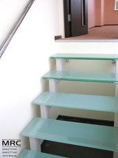 Двухкосоурная лестница со стеклянными ступенями