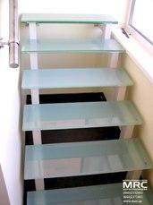 Стеклянные ступени и поручень с полированной нержавеющей стали