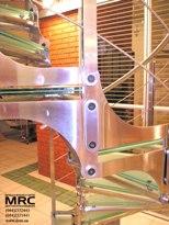 Крепление ступений из стекла к металлоконструкции лестницы
