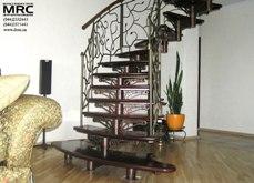 Однокосоурная лестница с кованным ограждением