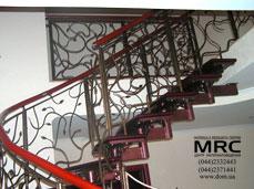 Кованное ограждение и полимерный поручень однокосуорной лестницы