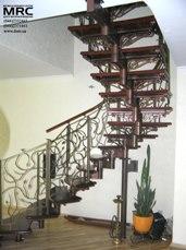 Спиральная лестница с кованым ограждением