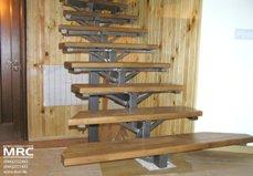 Дубовые ступени лестницы на металлоконструкции