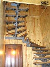 Лестница с дубовыми  ступенями и металлическим каркасом