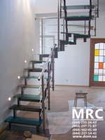 Лестница с цветными ступенями из стекла триплекс и ограждением из полированной нержавеющей стали