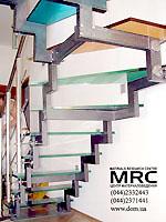 Металлоконструкция лестницы с цветными ступенями из стекла триплекс