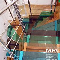 Цветные ступени из стекла триплекс и ограждение из полированой нержавеющей стали