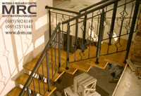 Монтаж однокосоурной лестницы с дубовыми ступенями и кованым ограждением