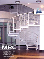 Спиральная металлическая лестница с ограждением из чорного металла в порошковой покраске