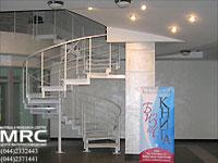 Спиральная металлическая лестница в бизнес центре