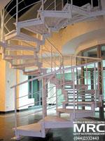 Спиральная металлическая лестница в здании