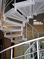 Ограждение из черного металла в порошковой покраске спиральной лестницы