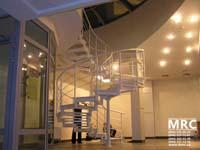 Спиральная металлическая лестница в вечернем бизнес центре
