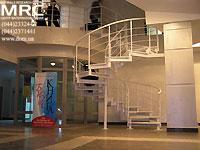 Спиральная металлическая лестница в порошковой покраске на второй этаж