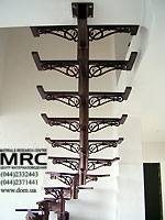 Металлический каркас лестницы с элементами ковки