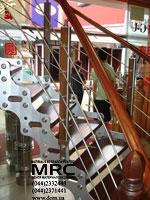 Спиральная лестница с ограждением из полированной нержавеющей стали и дубовыми поручнями и ступенями