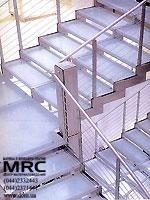 Маршевая лестница с ограждением из нержавеющей стали и со ступенями из каленого стекла